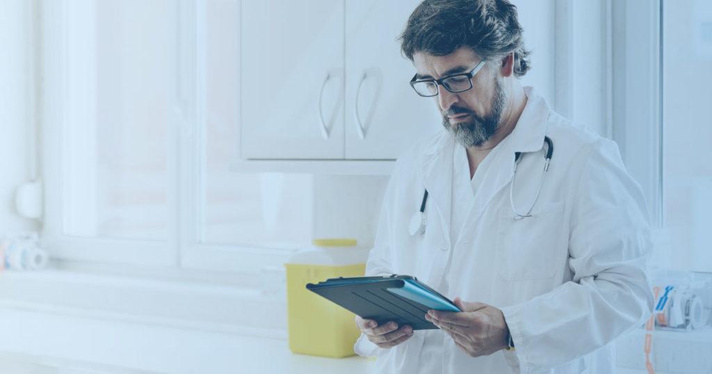 Arzt mit Tablet im Krankenhaus
